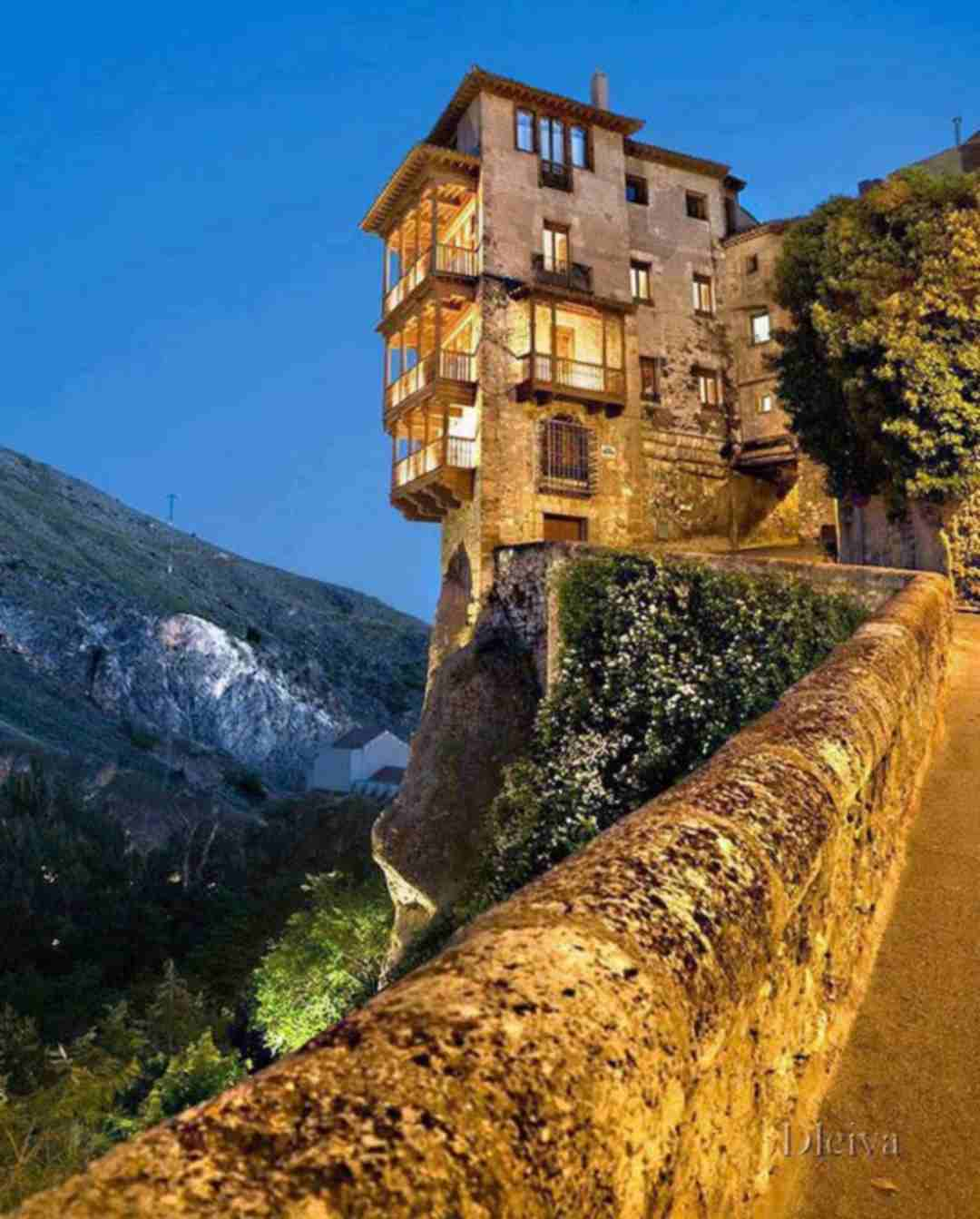 Amazing cliff houses ecotek for Cliff hanging homes